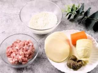 烧卖,一种严重被低估的食物,·食材·  糯米 250g、肉糜 50g、笋 30g  胡萝卜 20g、香菇 15g、烧卖皮 15张  料酒 10g、老抽 15g、生抽 30g、盐 2g、糖 20g