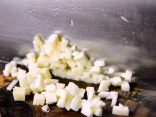烧卖,一种严重被低估的食物,依次将笋、胡萝卜、泡发后的香菇,切丁备用