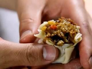 烧卖,一种严重被低估的食物,取烧卖皮,包入炒好的馅料