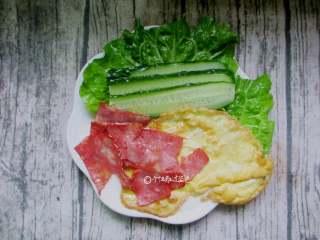 家庭版的法风烧饼,准备生菜、黄瓜、煎蛋、培根