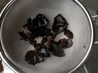 马蹄炒虾仁——时令快手养生菜,沥水捞出备用。