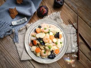 马蹄炒虾仁——时令快手养生菜,出锅装盘。