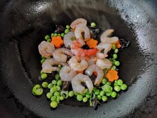 马蹄炒虾仁——时令快手养生菜,下入虾仁。