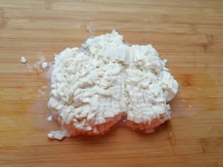 荠菜豆腐羹,内酯豆腐切成小丁 。