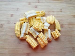 莲藕玉米排骨汤,玉米切成小块备用。