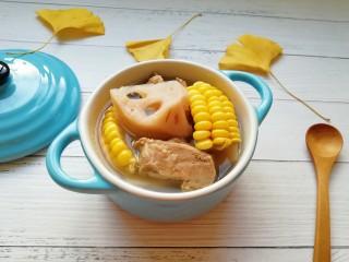莲藕玉米排骨汤,盛出。