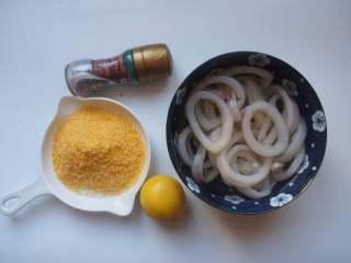 香酥鱿鱼圈,准备好主要食材,鱿鱼圈解冻,撕去外面那层黑膜。
