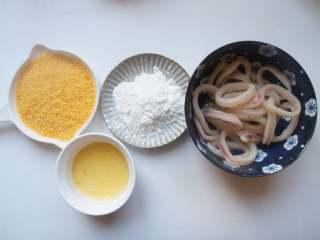 香酥鱿鱼圈,鸡蛋打散,准备好面包糠和玉米淀粉