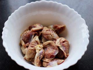孜然老醋辣爆鸡胗,把所有的鸡胗都改好刀以后,放到一个大一点的碗里。