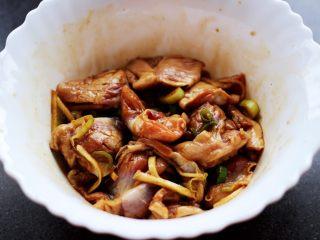 孜然老醋辣爆鸡胗,所有的食材都加入以后,带上一次性手套把所有的食材和调料混合搅拌均匀后腌制半个小时左右。
