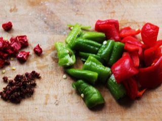 孜然老醋辣爆鸡胗,青尖椒和红尖椒用刀切成块,干红椒切丁,准备好花椒。