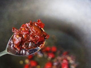 孜然老醋辣爆鸡胗,这个时候加入郫县豆瓣酱,翻炒出红油。