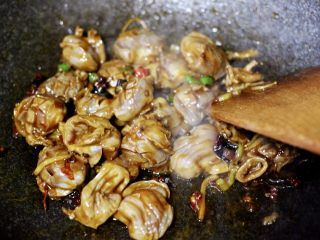 孜然老醋辣爆鸡胗,一直翻炒至鸡胗断生变色的时候。
