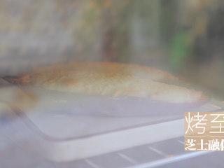红薯的3+1种有爱吃法「厨娘物语」,在表面撒上马苏里拉芝士,放入烤箱180度15分钟烤至芝士融化。