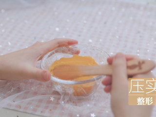 红薯的3+1种有爱吃法「厨娘物语」,蒸好的红薯碾压成泥,放入铺了保鲜膜的碗中压实整形。(铺上保鲜膜可以更好的脱模)