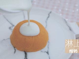 红薯的3+1种有爱吃法「厨娘物语」,倒扣在碟中,淋上酸奶撒上自己喜欢的坚果麦片。