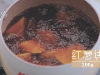 红薯的3+1种有爱吃法「厨娘物语」,加入200g红薯块小火煮熟。