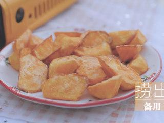 红薯的3+1种有爱吃法「厨娘物语」,将红薯块炸至表面金黄,控油捞出备用。