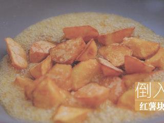 红薯的3+1种有爱吃法「厨娘物语」,将糖熬到变成琥珀色的糖浆,倒入红薯块翻炒,将糖浆均匀的裹在红薯块上就好了。