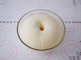 红豆沙饼,等面团发酵两倍大左右时,手指戳面团一小洞,不回缩不发弹即发酵成功