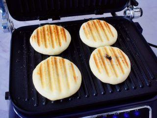 红豆沙饼,盖上上盖,煎至两面金黄色即可,其间要翻面一次,让其两面都煎至金黄色