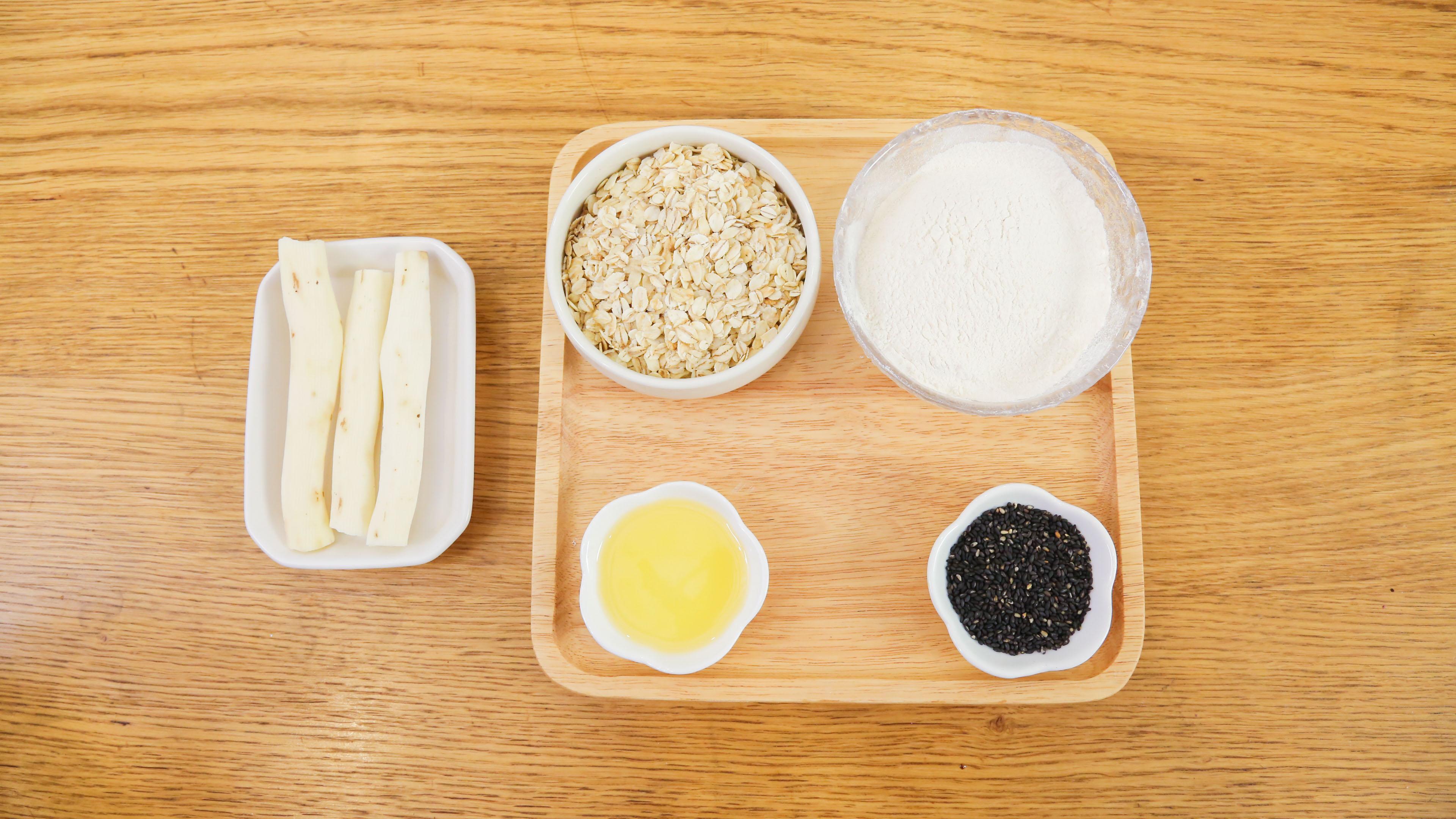 芝麻山药麦饼12m+,面粉100g</p> <p>即食燕麦片70g</p> <p>山药 70g</p> <p>黑芝麻 10g</p> <p>花生油  适量