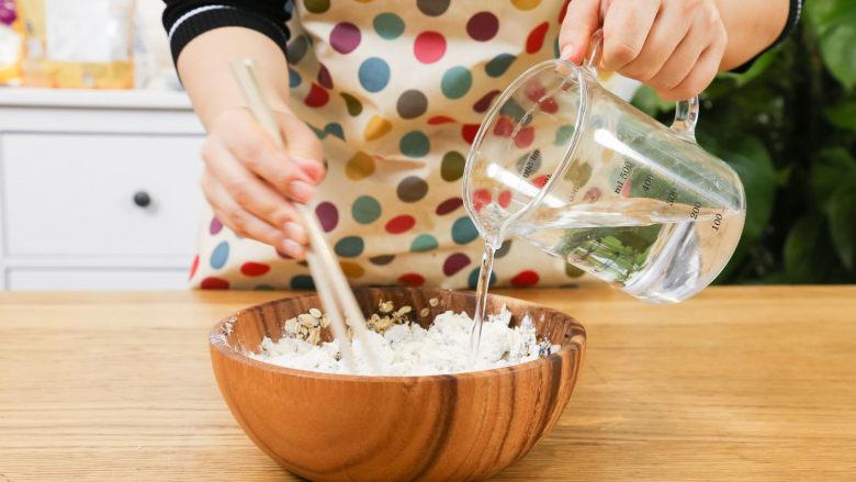 芝麻山药麦饼12m+,依次倒入面粉和水,充分揉合成面团