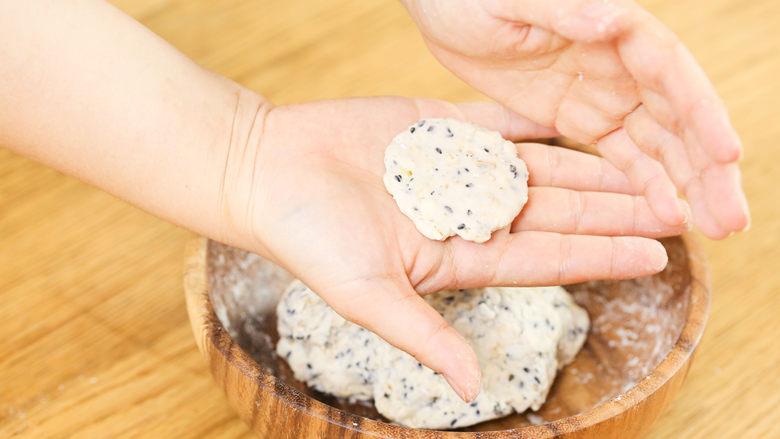 芝麻山药麦饼12m+,把它们分成小小一个的小球,再按扁成小饼