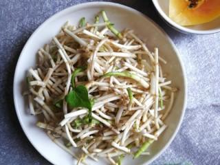 酱拌折耳根,用手掰或用刀切成约3-4cm长的小段。