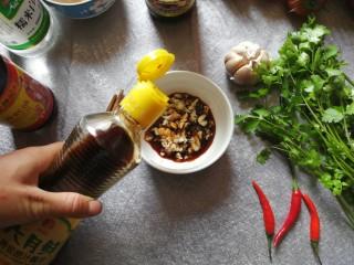 酱拌折耳根,接下来调最关键的酱汁。蒜粒用刀拍扁再切成碎蒜米,放入碗中,倒入约3勺生抽酱油。