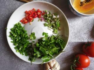 酱拌折耳根,葱切成葱花,香菜切小段,葱与香菜茎部与叶子都分开,小米椒切圈。