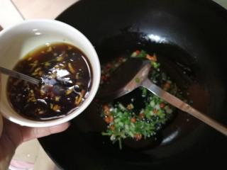 酱拌折耳根,稍微煸炒有香味冒出时倒入调好的酱汁,慢慢收汁至适合浓度则关火。