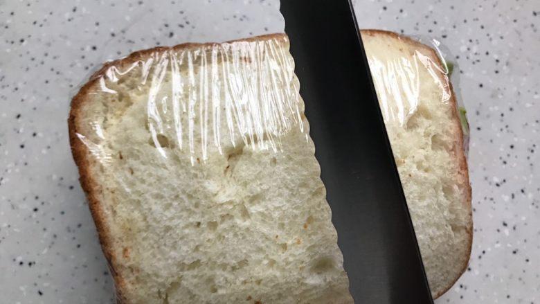 藤椒风味手撕鸡三明治,用锯齿刀对半切开