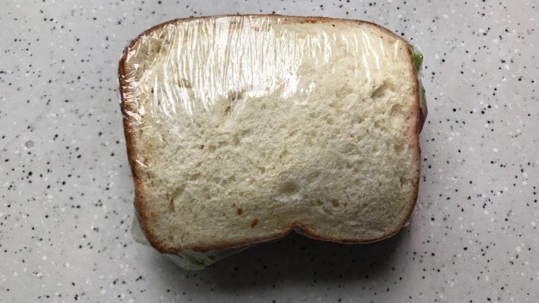 藤椒风味手撕鸡三明治,稍微包的紧一点