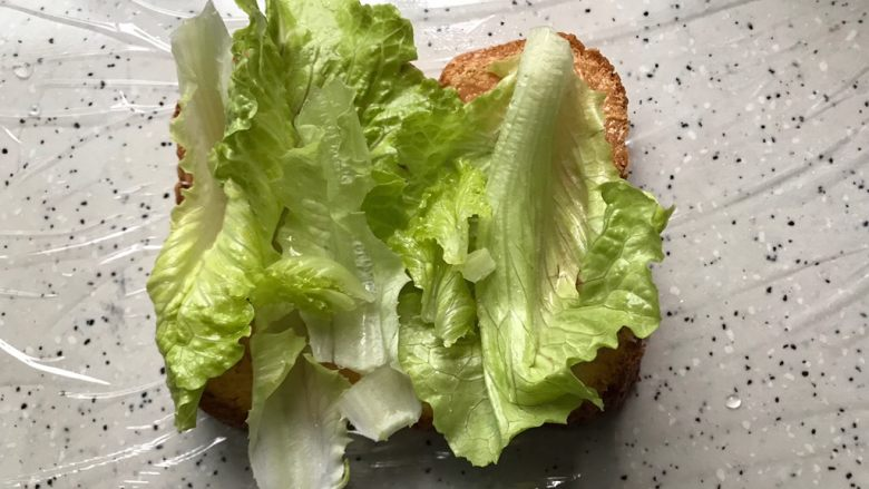 藤椒风味手撕鸡三明治,再铺上生菜