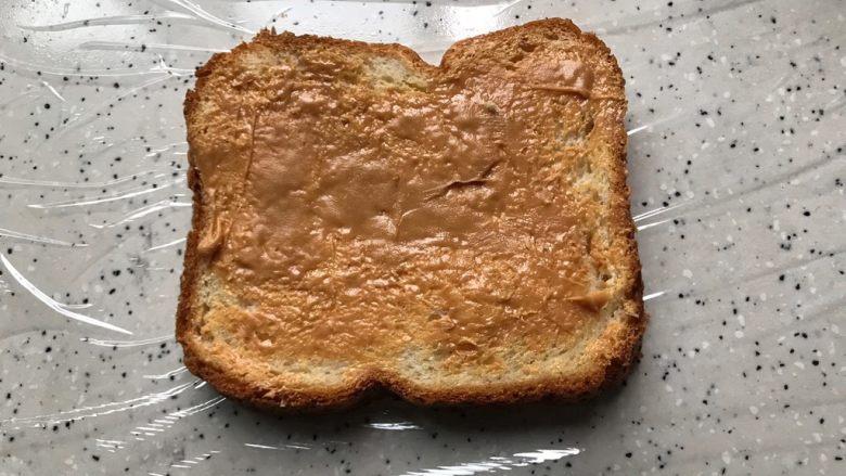 藤椒风味手撕鸡三明治,将一片吐司抹上适量花生酱