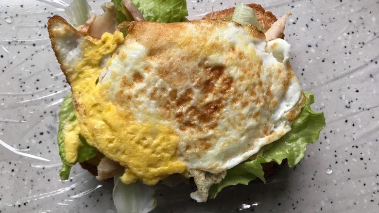 藤椒风味手撕鸡三明治,铺上煎鸡蛋
