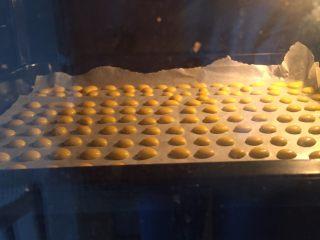 蛋黄溶豆,放入预热好的烤箱,上下120度20分钟。这一步可以根据自己的烤箱适当调整,第一次可以随时观察,防止烤过火。