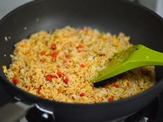 蟹黄炒饭,炒至米饭均匀的裹上蟹黄