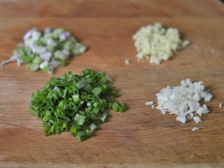 蟹黄炒饭,葱白、葱绿、姜蒜全部切碎沫