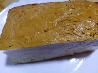 素鸡豆腐炒青椒,准备素鸡豆腐一块儿。