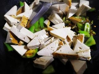 素鸡豆腐炒青椒,最后放入素鸡豆腐炒几下。