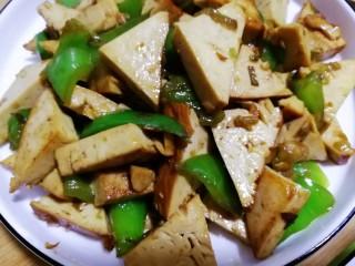 素鸡豆腐炒青椒,起锅装盘,素鸡豆腐炒青椒,风味小炒,不需过多调味品。