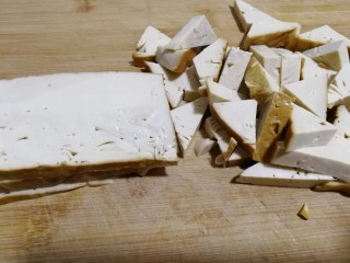 素鸡豆腐炒青椒,先切薄片,约6亳米左右。