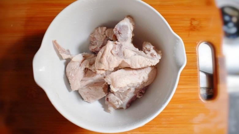 玉米胡萝卜山药排骨汤,将去过血沫的排骨,用清水反复冲洗干净。