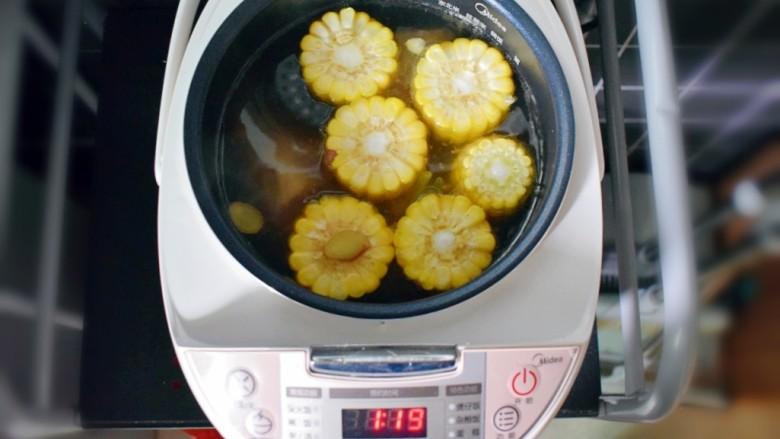 玉米胡萝卜山药排骨汤,40分钟左右(也就是电饭煲显示1:20左右时)后,加入玉米。
