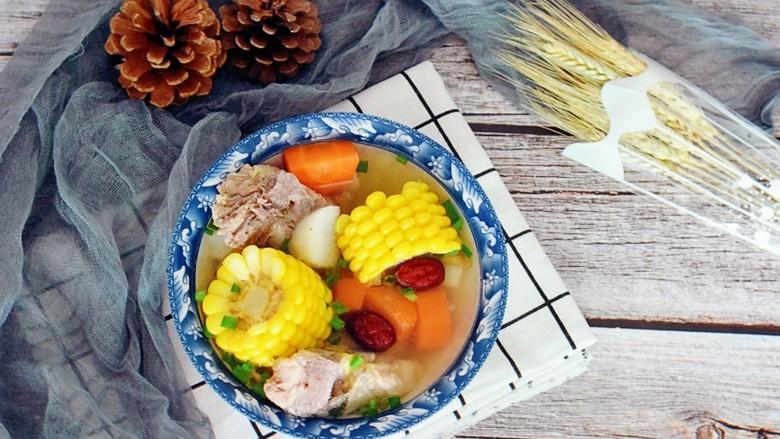 玉米胡萝卜山药排骨汤,先来一大碗,看着好诱人啊,有木有!
