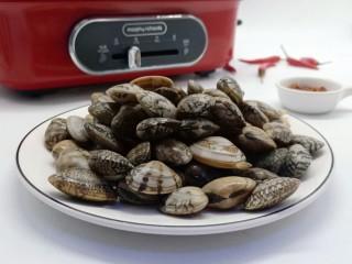 ㊙完爆街边小吃的《辣炒花蛤》,买来的花蛤首先要用清水泡段时间、让花蛤们吐吐沙子(水里放些盐加食用油)