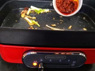 ㊙完爆街边小吃的《辣炒花蛤》,起锅放入少量植物油,放入辣椒、姜片、花椒(喜欢川味的就加点郫县豆瓣酱或把花椒换成麻椒)