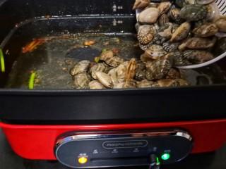 ㊙完爆街边小吃的《辣炒花蛤》,开大火倒入花蛤、(一定要用猛火炒、这样炒出来的花蛤味道特别鲜美)